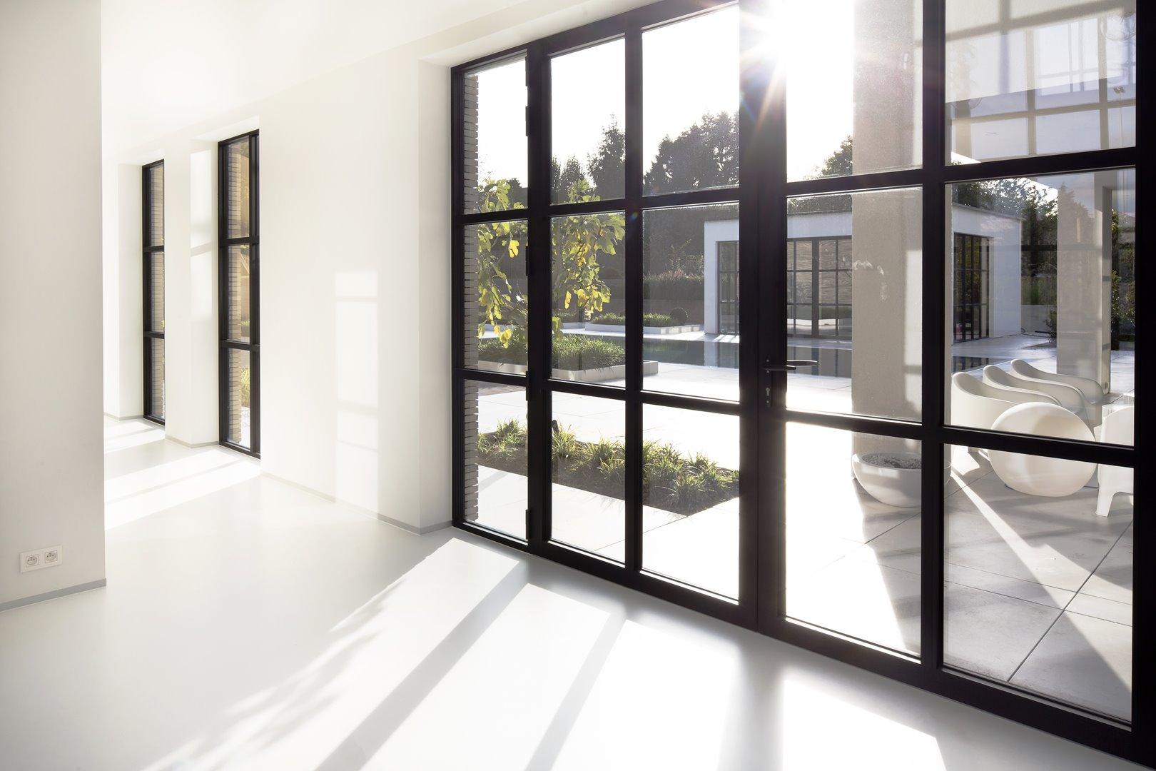 Themis steellook ramen waar zonlicht naar binnenvalt