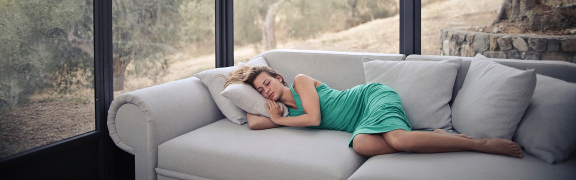 vrouw die op sofa ligt
