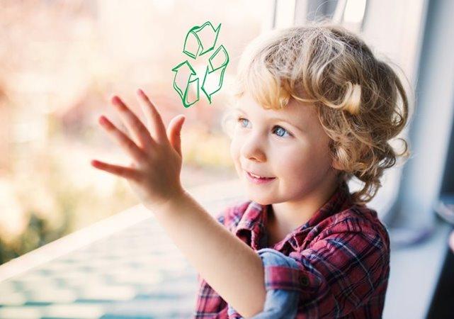 kind kijkt door raam met recycling symbool