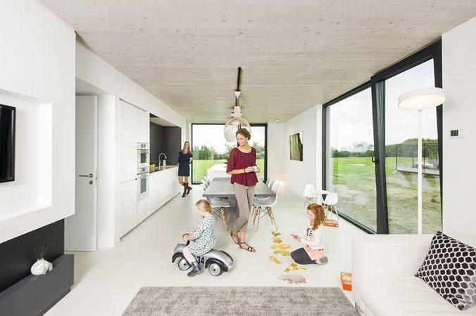 Jong gezin in moderne woonkamer met schuifdeur