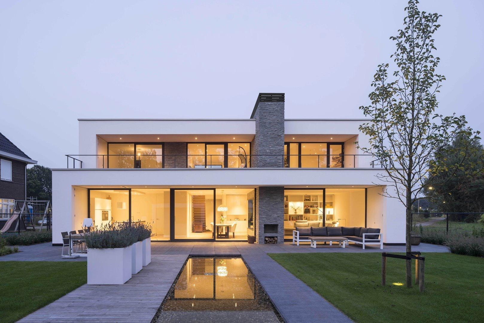 Gevel moderne residence met veel ramen